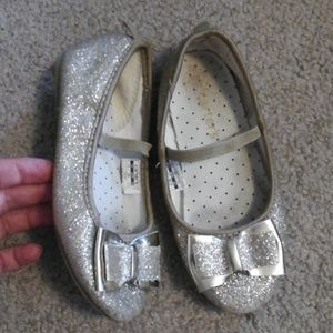 Little Girls Gold Sparkle Bow Elastic Hold Shoes